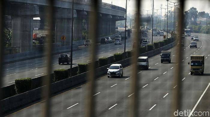 Petugas melakukan penyekatan pembatasan mobilitas masyarakat pada PPKM darurat di Jalan Kalimalang menuju Jakarta. Kini lalin di Kalimalang menjadi lengang.