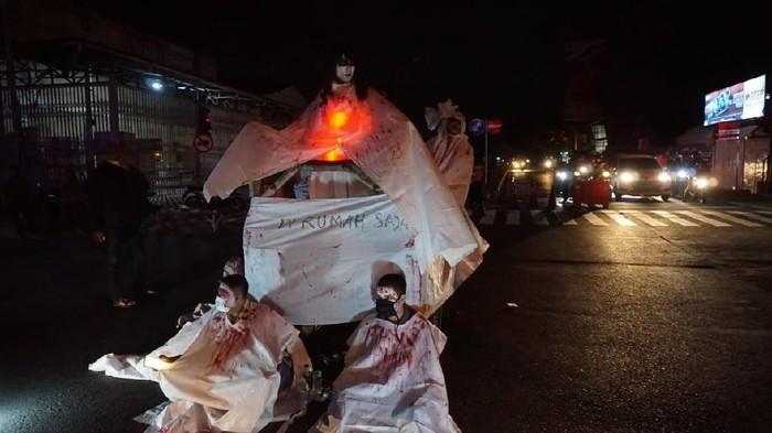 Polisi Terjunkan Mba Kunti dan Cak Pocong untuk Tutup Jalan di Mojokerto