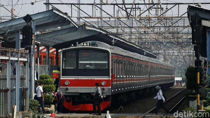 Pemerintah telah menerapkan PPKM darurat mulai dari 3 hingga 20 Juli 2021 mendatang. Suasana di stasiun Bekasi pun terpantau sepi.