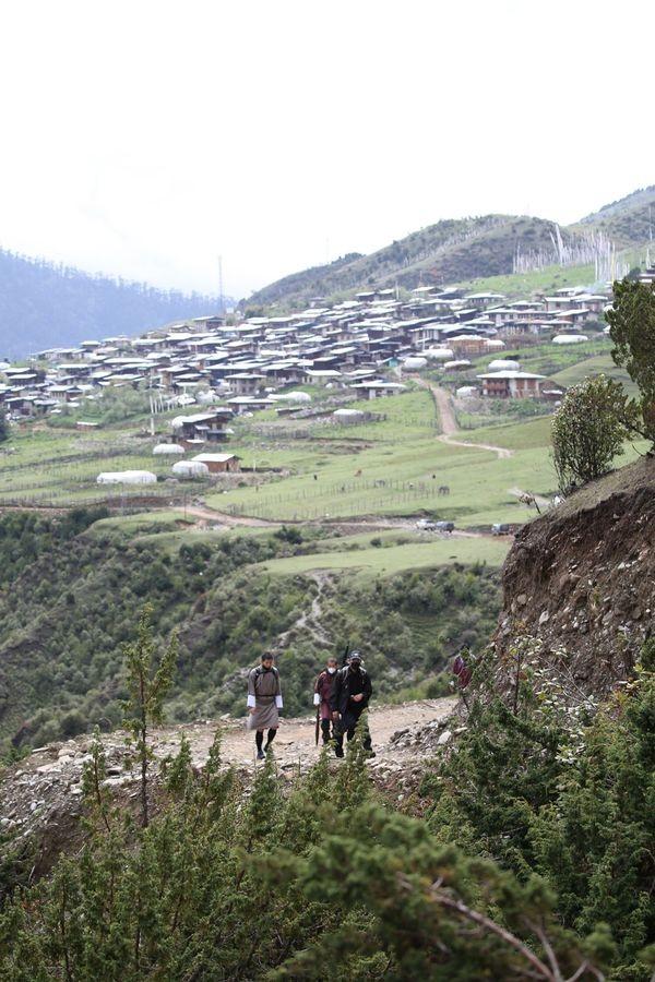 Perjalanan ini dilakukan untuk melihat langsung penanganan dan penerapan protokol kesehatan di desa-desa terpencil Bhutan. (His Majesty King Jigme Khesar Namgyel Wangchuck/Facebook)