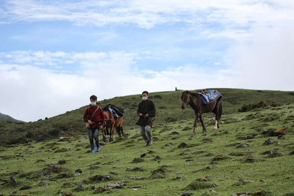 Raja Jigme berjalan kaki, naik kuda, dan mobil untuk menuntaskan perjalanan ke area terpencil di Bhutan. (His Majesty King Jigme Khesar Namgyel Wangchuck/Facebook)