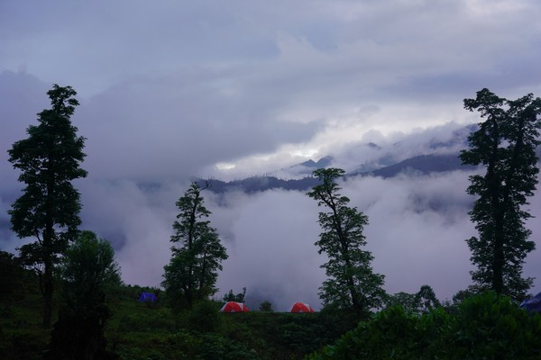 Saat berada di gunung, Raja Jigme dan pengawalnya bermalam di tenda. (His Majesty King Jigme Khesar Namgyel Wangchuck/Facebook)