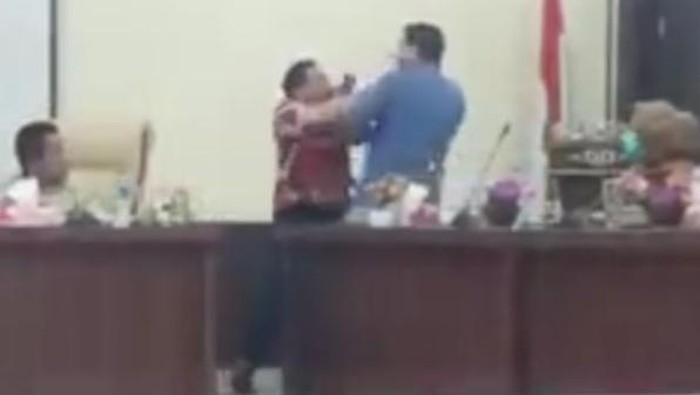 Screenshot video viral anggota DPRD Labusel betumbuk di ruang rapat (dok. Istimewa)