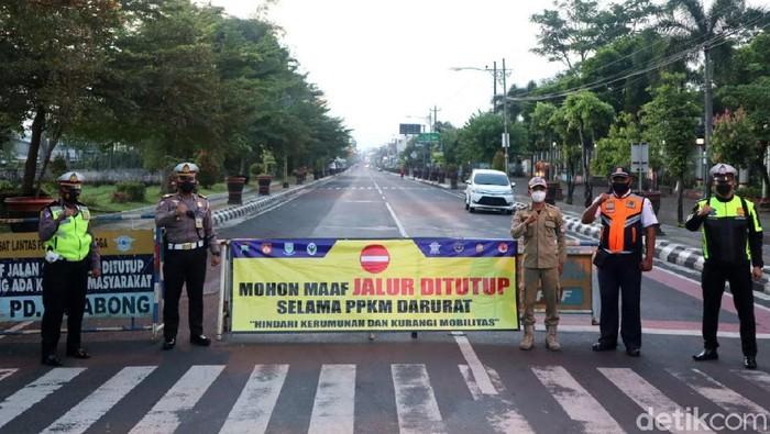 Pelaksanaan gerakan Purbalingga tiga hari di rumah saja mulai diterapkan hari ini. Suasana di Kabupaten Purbalingga Jawa Tengah pun lengang.