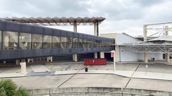 Penutupan terminal itu ditandai dengan penerbangan terakhir menuju Tampa, Florida pukul 21.00. Dalam perjalanan mereka menyanyikan lagu When The Saints Go Marching In. (Chris Sloan/CNN)