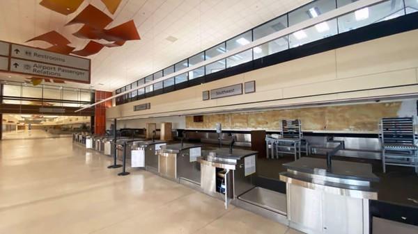 Saat tak difungsikan lagi terminal itu masih terawat bersih. Lampu dan AC masih dinyalakan, bahkan toilet masih berfungsi.(Chris Sloan/CNN)