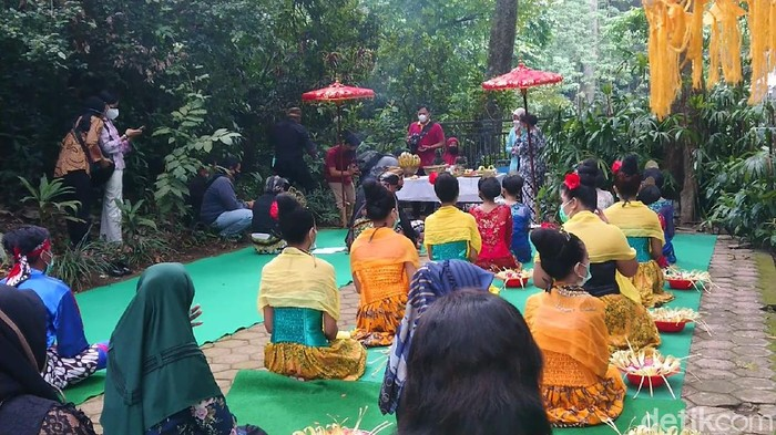 Perwakilan warga dari empat desa di Kecamatan Campurdarat, Tulungagung menggelar upacara adat Ulur-ulur di Telaga Buret. Upacara digelar di masa PPKM Darurat.