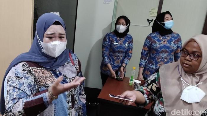 Wanita disebut keponakan Nurdin Abdullah, Fita (kiri) menangis menagih utang ke Pemprov Sulsel (Hermawan/detikcom).