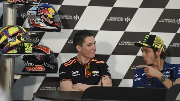 DOHA, QATAR - MARCH 19:  Aleix Espargaro of Spain and NGM Mobile Forward Racing speaks with Valentino Rossi of Italy and Yamaha Factory Racing (R) during the press conference during the MotoGp of Qatar - Press Conference at Losail Circuit on March 19, 2014 in Doha, Qatar.  (Photo by Mirco Lazzari gp/Getty Images)