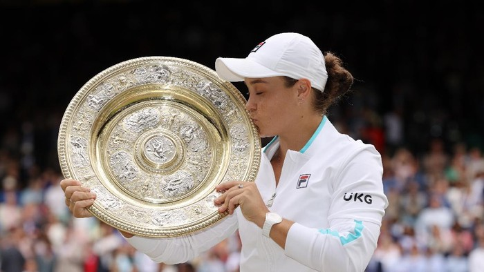 LONDON, ENGLAND - JULY 10: Ashleigh Barty of Australia celebrates with the Venus Rosewater Dish trophy after winning her Ladies Singles Final match against Karolina Pliskova of The Czech Republic  on Day Twelve of The Championships - Wimbledon 2021 at All England Lawn Tennis and Croquet Club on July 10, 2021 in London, England. (Photo by Clive Brunskill/Getty Images)