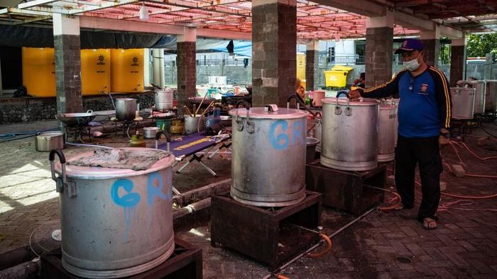 Rumah Sakit ndonesia Menghadapi Peningkatan Tajam Dalam Kasus Covid-19 SURABAYA, INDONESIA - 09 JULI: Pekerja menyiapkan makanan untuk pasien COVID-19 di dapur umum pada 09 Juli 2021 di Surabaya, Indonesia. Indonesia pada hari Selasa melaporkan rekor 31.189 kasus Covid-19 yang ditularkan secara lokal, dan 728 kematian - lonjakan yang mengkhawatirkan ketika gelombang baru virus corona semakin cepat. (Foto oleh Robertus Pudyanto/Getty Images)