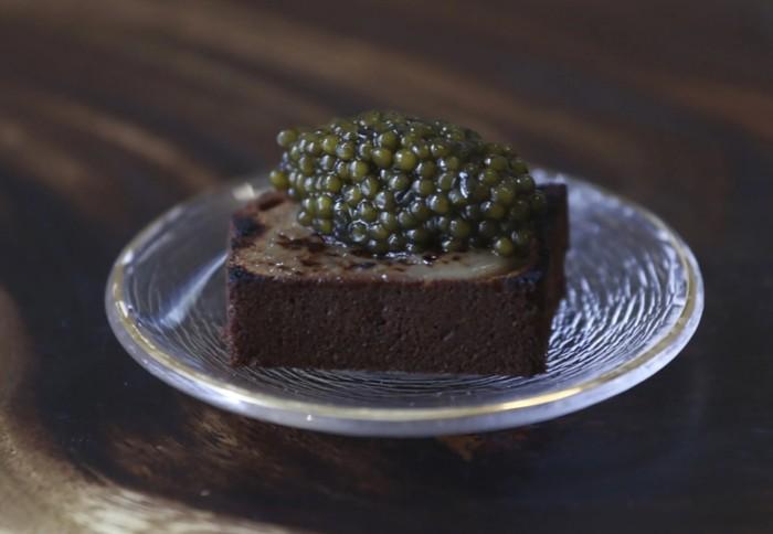 Kaviar di atas es krim durian dan bolu pisang