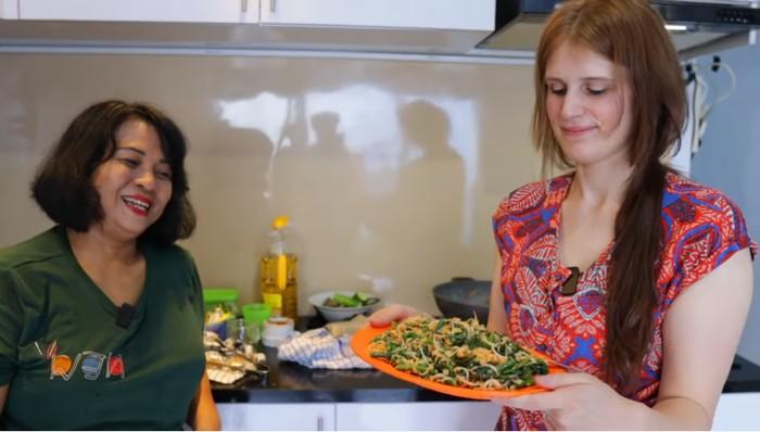 Masak Bareng, Ibu Mertua dan Menantu Jerman Ini Bikin Netizen Baper