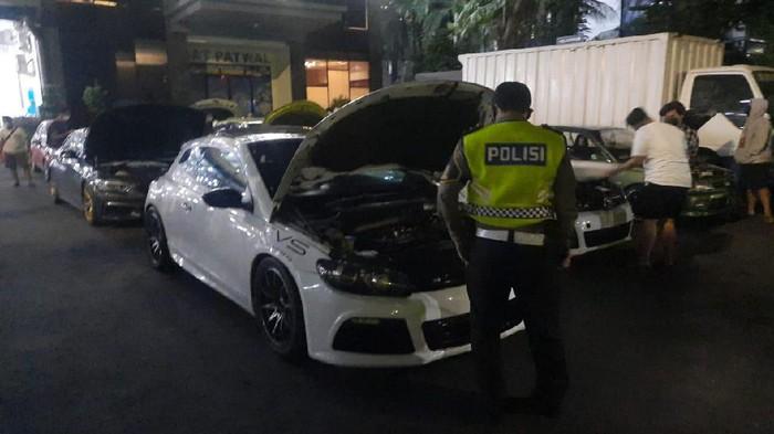 Polisi kandangkan 2 mobil mewah yang terlibat balapan liar di Senayan