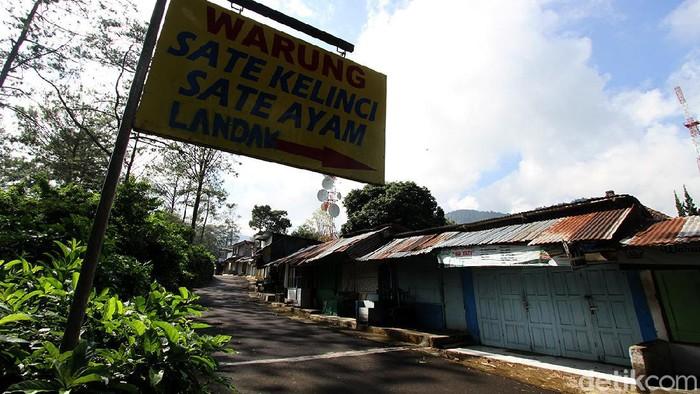 PPKM darurat, membuat objek wisata Grojogan Sewu tutup sementara. Para pedagang pun juga menutup kiosnya karena tak ada wisatawan yang berkunjung.