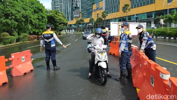 Penyekatan di pintu masuk Surabaya di check point Bundara Waru tetap di jaga ketat oleh petugas gabungan meski Weekend. Kendaraan yang mentas di Bundaran Waru pun lenggang.