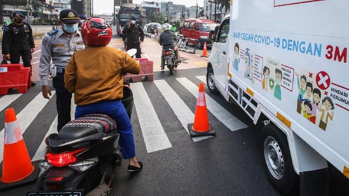 Petugas Dishub mengalihkan lalu lintas di Jalan Fatmawati yang ditutup di Jakarta, Sabtu (10/7/2021). Ditlantas Polda Metro Jaya kembali menambah dua titik penyekatan di wilayah Jakarta dan sekitarnya yaitu di Jalan Fatmawati dan Jalan Antasari. ANTARA FOTO/Rivan Awal Lingga/aww.