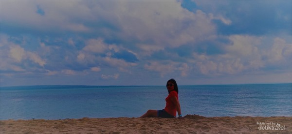 Langit telah berubah dari jingga menjadi 100 corak merah jambu menjadi biru tua tua, dan di sini aku masih mencintaimu