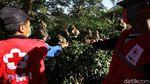 Ada PPKM Relawan Beri Makan Kera di Taman Wisata Grojogan Sewu
