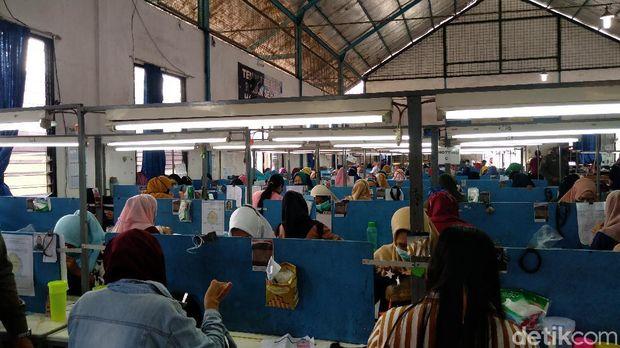 Salah satu pabrik produsen wig di Purbalingga terciduk beroperasi saat gerakan Purbalingga 3 Hari di Rumah Saja, Sabtu (10/7/2021)