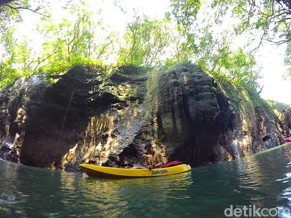 Kano di Sungai Cijulang, Batu Lumpang Pangandaran memungkinkan ditumpangi oleh dua orang, meski idealnya hanya satu orang.