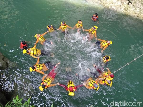 Banyak yang menyebut Sungai Cijulang, Batu Lumpang ini merupakan sungai purba, karena jenis batuan tebingnya yang eksotis dan air yang jernih.