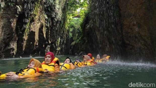 Susur sungai dan gua Batu Lumpang Pangandaran
