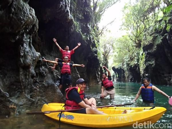 Destinasi wisata di Kabupaten Pangandaran yang belakangan ini sedang hits adalah Batu Lumpang. Lokasinya di Desa Parakanmanggu, Kecamatan Parigi.
