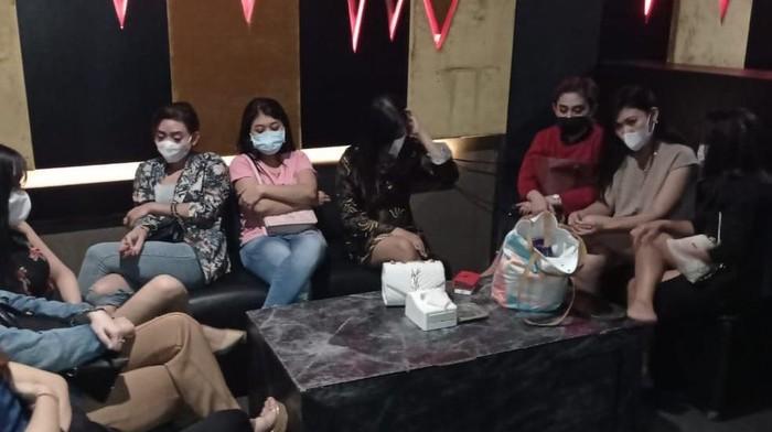 Polisi Surabaya menindak tegas tempat hiburan malam yang nekat buka saat PPKM Darurat. Dalam penggerebekan yang dilakukan, puluhan orang terjaring.