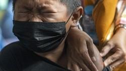 Vaksinasi COVID-19 bagi anak dan remaja terus digalakkan. Kali ini, vaksinasi untuak anak usia 12-18 tahun mulai dilakukan di Palembang, Sumatera Selatan.