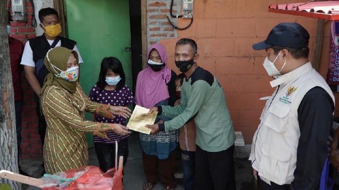 Wali Kota Mojokerto Saat Memberikan Bantuan