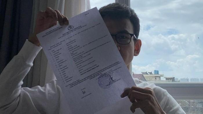 Adam Deni memegang berkas laporan polisi terhadap Jerinx. (Sumber: Instagram Adam Deni)