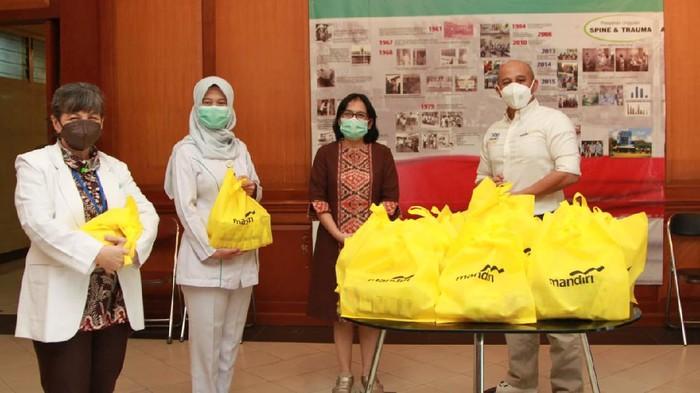 Mendukung upaya menekan dan mencegah penyebaran Covid-19, Bank Mandiri berinisiatif memberikan bantuan sebanyak 15.000 paket vitamin dan nutrisi untuk nakes.