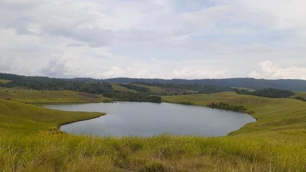 Inilah Danau Love dari Papua. Dinamakan seperti itu karena danau ini berbentuk seperti tanda Love alias hati. Danau ini cantik, sayang tidak terawat. (Hari Suroto/Istimewa)
