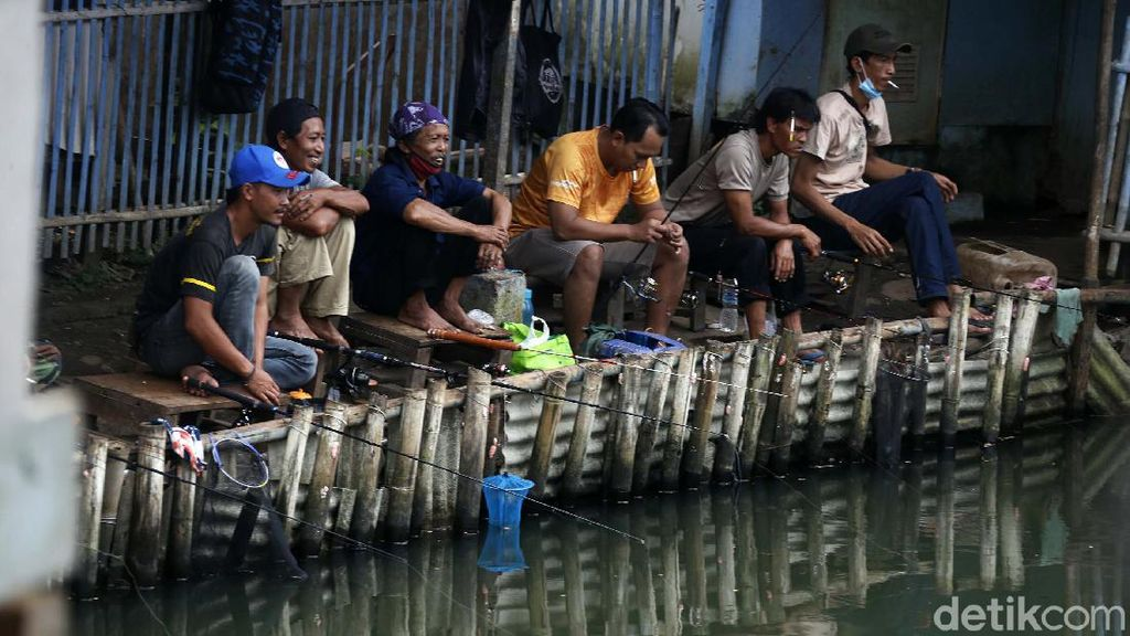 Duh, Warga Asyik Memancing Tanpa Prokes di Tengah PPKM Darurat