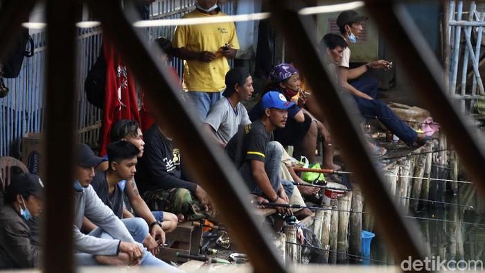 Di saat Kota Bekasi tengah menerapkan PPKM Darurat, sejumlah warga justru nekat memancing. Mereka tampak berkerumun.