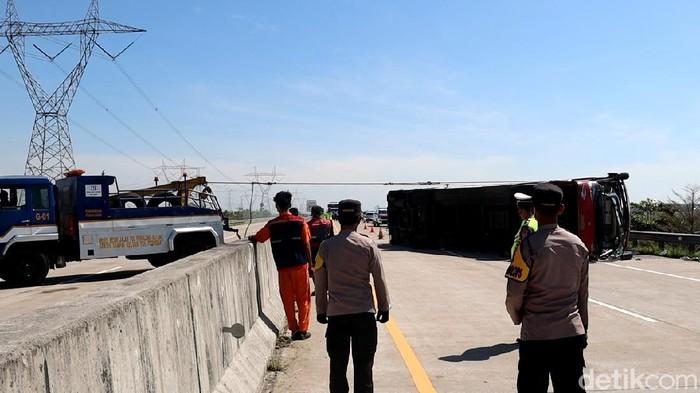 Kecelakaan bus terjadi di Tol Pemalang, Jawa Tengah siang tadi. Sebanyak tujuh orang tewas dalam kejadian ini.