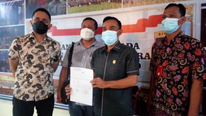 Ketua DPRD Kabupaten Solok Dodi Hendra mengadukan Bupati Solok Epyardi Asda, ke Polda Sumbar atas dugaan pencemaran nama baik.