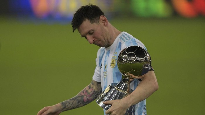 Argentinas Lionel Messi holds the trophy for the championships Best Player after winning the Conmebol 2021 Copa America football tournament final match against Brazil at Maracana Stadium in Rio de Janeiro, Brazil, on July 10, 2021. - Argentina won 1-0. (Photo by CARL DE SOUZA / AFP)