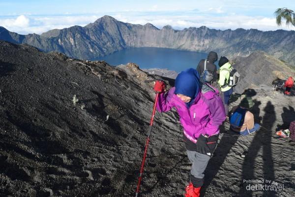 TrekGunung Rinjani yang terkenal menantang bagi pendaki. Namun itu tak menyurutkan semangat pendaki.