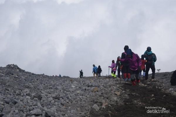Inilah trek berpasir yang menguras tenaga para pendaki.