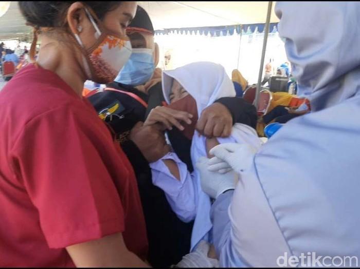 Ribuan siswa SD dan SMP usia 12-17 tahun disuntik vaksin COVID-19. Begini momen saat mereka menangis saat disuntik.