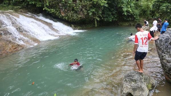 Wisatawan mengunjungi objek wisata Air Terjun Tingkat Tujuh di Tapaktuan, Aceh Selatan, Aceh, Minggu (11/7/2021).