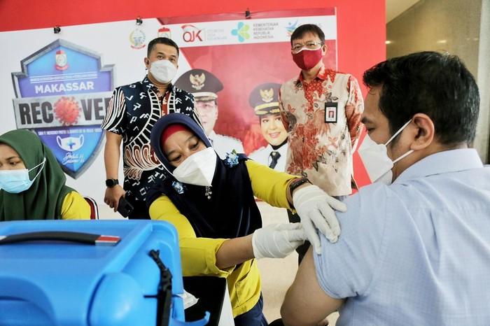 Otoritas Jasa Keuangan (OJK) akan menyalurkan vaksinasi kepada 10 juta masyarakat hingga akhir Desember 2021.
