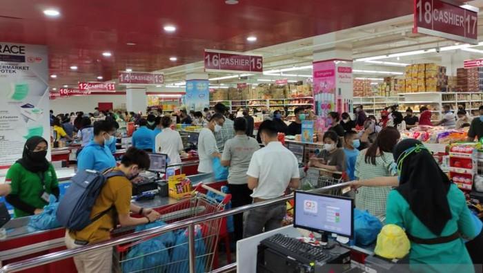 Warga padati salah satu supermarket di Batam jelang PPKM darurat (Antara Foto)