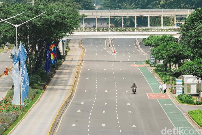 PPKM Darurat diberlakukan untuk membatasi pergerakan warga selama pandemi. Begini suasana di Jalan Sudirman, Jakarta, saat PPKM Darurat berlaku.