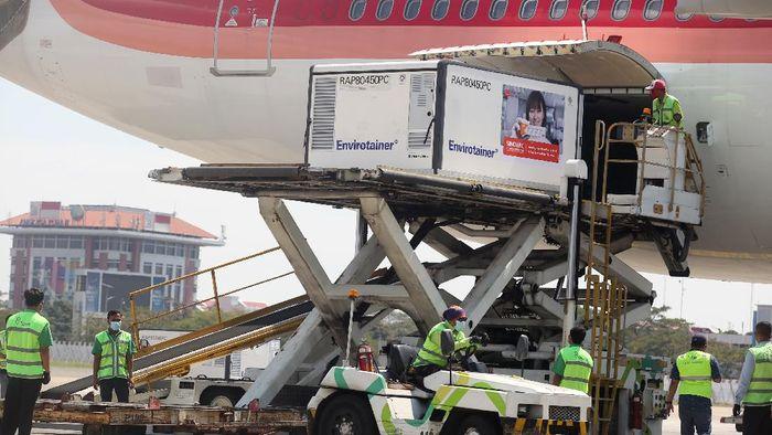 Sebanyak 10 juta dosis bahan baku vaksin COVID-19 Sinovac kembali tiba di Indonesia. Jutaan dosis vaksin itu selanjutnya akan dibawa ke Bio Farma Bandung.