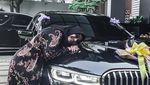 Kado Sedan Mewah BMW Seri 7 dari Atta Halilintar untuk Aurel Hermansyah