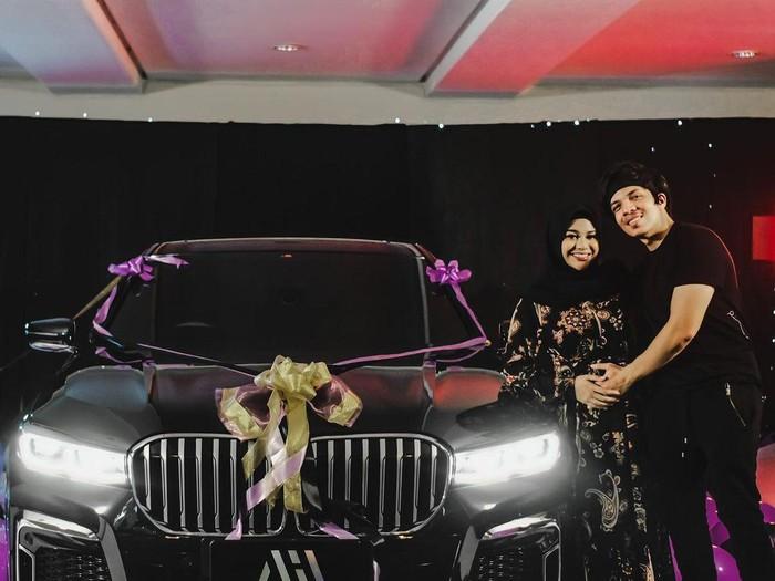 Atta Halilintar hadiahkan Aurel Hermansyah mobil BMW 730Li M Sport seharga Rp 2 miliar