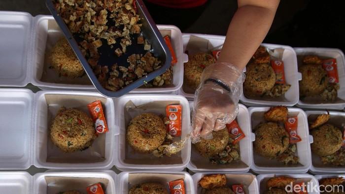 Warga Karet Semanggi, Jakarta Selatan mendirikan dapur umum. Mereka membantu warga yang sedang isolasi mandiri dan terdampak kebijakan PPKM Darurat.